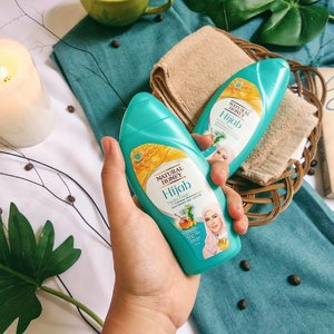 I'm not so into bodycare.  I just have one or two. I buy body lotions because I think I'm gonna so religiously like skincare, but nah, I do not 🤣🌤️The main reason is because I dislike sticky greasy feeling after. So I'm curious when @naturalhoneyid * gave me their Whitening Gel Lotion🌤️Yes, if you have the purpose to make yor skin lighter than ever; I know Jakarta UV exposure is harsh so yes, I think I need something to prevent me from tanning. I don't have obsession having a fair like Caucasian, to be your information🌤️I  think after 2-3 weeks using this gel lotion at night, my right hand tan skin has improved a tone lighter than before🌤️If you curious with the rest of my reviee on this very affordable body lotion, please click link in bio #insommiareview #asianbeauty #dryskin #naturalhoney #instabodycare #whiteskin #lightskin #ilovemybody #flatlaystyle #clozetteid