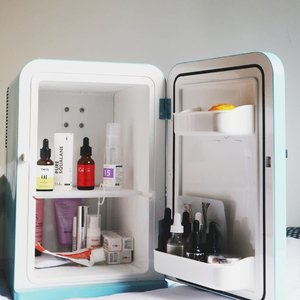 "#beautyfridge is the new trend, but is it really neccessary to put our beauty skincare products there?.🍑 Some dermatologists give us the short answer: probably not. Horward Sobel, New York based dermatologist aid, ""There is no difference in the actual properties and benefits.""..🍑 But Michelle from Lab Muffin Science wrote in her article that products may go off. The ingredients reacting may changing into new subtances.🍑 Heat is form of energy. Our country's humid climate  can make activities at the microscopic level develop faster. I think it is to put our skincare into  fridge  to slow this down.🍑Some ingredients like benzoyl peroxide, ascorbic acid and retinol, are better to store in a cooler place.🍑 So I belong to the beauty fridge team! I put products that I have already opened for quite a long time, including  ascorbic acid and those with 6 months of PAO. How about you?  P.S: MO BIKIN IRI @niputuchandra AAAAHHHH .#insommiareview #skincareblogger #igbeautyblogger #tiam #thebathbox #theordinary #flatlayskincare #crueltyfreecosmetics #skincareregime #skincareroutine #rasianbeauty #clozetteid"