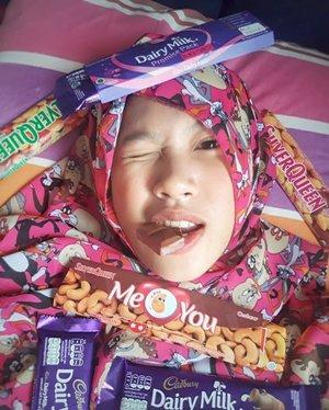 Definisi bahagia adalah dia 😁 Aku sudah kehilangan 2 gigiku dengan dramatis kemungkinan besar karenanya tapi aku tak pernah menyesal telah menyukainya... Oh my vitamin... . 🍫Plisss gimme chocolate🍫 . . . #GoodMood #ilovechocolate #chocolate #coklat #chocolatebar #chocolatelover #chocolateaddict #sweetooth #chocoholics #cadbury #silverqueen #morningtime #smile #photooftheday #clozetteid #everydaymadewell #hijab #mystyle #myoutfit #hijaboftheday #fashiondaily #lifestyle #사랑해 #셀피 #아름다운 #selfie #happy