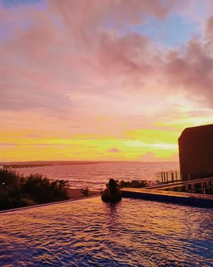 How's your weekend?Great! Ketemu teman, iya. Me time, iya. Healing, iya. Beres - beres, iya. Belajar, iya. Weekend ku sangat bermanfaat kali ini. 😂.Btw, I love sunset more than sunrise. How about you?#vinapiknik...#sunsetinbali #bali #sunset #balisunset  #beautifulnature #photography #naturephotography #sunsetbeach #sunsetlovers #sky #clouds #mood #balilife #kuta #kutabeach #kutasunset  #wonderfullindonesia #travelmood #kutalife #hotelinbali #hotelinkuta #rooftop #hotelrooftop #infinitypool #citadineshotel #citadineskuta #clozetteid
