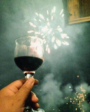 Cheers to 2019!Aku yakin tahun ini bakal febeles. Semoga semua resolusi tahun ini  tercapai. Semoga apa yang dilakukan di 2018 berbuah manis. Semoga semua rencana terlaksana. Semoga tahun ini bertemu dengan orang yang tepat biar gak harus menata hati terus. 😂Yuk mabvk, besok gak kerja kan ya. Lirik @ayudamayanthi @viniamanda.#vinapiknik...#wine #shiraz #shirazwine #fireworks #2019 #2019goals #newyear #happy2019 #newyearseve #goals #clozetteid  #potd #pictureofthedays #night #tahunbaru2019 #kembangapi