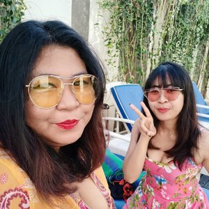 Let me introduce you.... @viniamanda, my partner in crime.  Xx years, jomblo 3 tahun. 💃  #vinapiknik . . . #holiday #summervibes #sunday #staycation #weekend #weekendvibes #hotelinbali #hotelbali#selfie #pool #clozetteid #happy #faceoftheday #fotd #motd #makeupoftheday #happyface