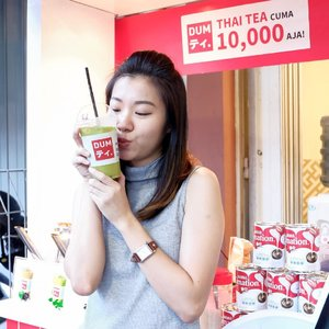 Udah nyobain minuman kekinian yang seger ini belum?@dumthaitea saat ini bisa dicoba di Jalan Kayun 2A.With only 10k, you can have a good drink! Kesukaan aku yang Original Green Tea, what's your favourite? ..#dumthaitea #dumthaiteasurabaya #endorseangeliasamodro #endorsementid #endorsesurabaya #clozetteid #potd #lotd #wenaktok #kulinersurabaya #thaiteasurabaya #kulinersurabaya #makanansurabaya #minumansurabaya #foodism #anakjajansurabaya