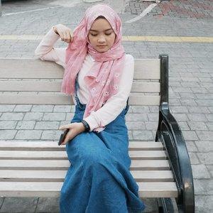 Dulu enggak suka warna pink, sekarang sih ngakunya gak suka pink juga tapi tanpa disadari udah banyak belanja benda-benda warna pink 😌 —————— But pink looks good on me, right? —————— Difotoin sama faithful partner tetep 😄😌 #clozetteid #fashion #hijab #hijabi #terfujilah #terfujilahxa10
