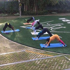 Tiap pagi di @trizararesorts dimulai dengan olahraga . Kemarin Zumba, hari ini Yoga. Coba tebak aku yang mana 😄 Foto dari Mas @efenerr . . . #trizararesorts #trizararesort #morningyoga #yoga #clozetteid