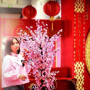 Xin Nian Kuai Le🎐Seru2an di #FestivalImlekNasional bareng temen2. Nonton pertunjukkan kebudayaan Tionghoa yg selalu ada di tiap perayaan Imlek, Barongsai & Tari Naga (Liang Liong). Btw.. pada tau ga kenapa Imlek identik dgn warna merah? Karena merah (warna hong) jadi lambang kegembiraan & keberuntungan bagi masyarakat Tionghoa.  Selain Barongsai & Liang Liong, di #FestivalImlekNasional juga ada hiburan musik tradisional Mandarin, pertunjukan Wayang Potehi, performance girlband Malaysia, parade kostum Koko - Cici & kembang api.  Jangan lupa juga belanja di @festivalimleknasional Ada baju, kain batik, tas, HP, food beverages, mobil, dll. Karena kalo belanja minimal 200K, kamu bisa ikutan undian berhadiah mobil Wuling Confero!  Gausah kelamaan... #YukKeFestivalImlekNasional di Jiexpo sekarang. sampe tgl 10 Feb 2019 aja lho 💃