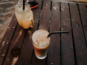 Nothing better than ice coffee and someone to share with. . . . . . . . . #clozetteid #listenindadailyjournal #travelphotography #photography #surabayafoodblogger #bloggerperempuan  #cullinaryreview #shortstories  #foodblogger #foodporn #foodies #surabayafoodies #coffee #coffeetable