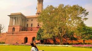 Masih post di India.. Karena india emg secantik itu.. ❤  Omongan negatif orang tentang orang orang india kayanya ngga bener semua yah?? 🙄  Pada dasarnya India adalah negara yang bersahabat kok dan helpfull juga❤  Kalau gue usaha open trip india aja gimana ya? Wkwkwkwkwj 😂😂😂😂 . . . . . . . #khansamanda #newdelhi #india #visitindia #wonderful #beautifuldestinations  #khansamandatraveldiary #travel  #travelphotography #travelblogger #indonesiatravelblogger #travelgram #womantraveler #travelguide #travelinfluencer #travelling  #wonderful_places #indtravel #indotravellers #exploreindia #bestplacetogo #seetheworld #solotravel #rashtrapatibhavan #clozetteid