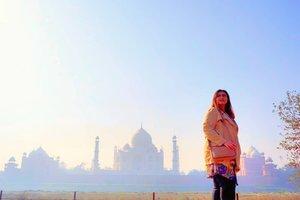 Dengan judul : cinta di langit taj mahal lol❤ Tayang di antv setiap hari 😂😂😂 . . . . . . . . #khansamanda #agra #india #visitindia #wonderful #beautifuldestinations  #khansamandatraveldiary #travel  #travelphotography #travelblogger #indonesiatravelblogger #travelgram #womantraveler #travelguide #travelinfluencer #travelling  #wonderful_places #indtravel #indotravellers #exploreindia #bestplacetogo #seetheworld #solotravel #tajmahal #clozetteid