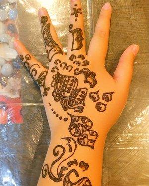 Siapa disini yang suka nge henna?  Well, tadinya gue ngga berniat untuk henna di India, tapi mumpung yang ngehenna itu adiknya temen gue, jadi gue mau.. 😘😍 Dengan waktu yang super mepet.. @golden_birdy_elu made this henna for me.. Aslinya beautiful.. Tapi karena aku receet sekali anaknya, jadi bleber wkwkwkk.. Oh iya, orang India percaya kalau habis di Henna, warna henna nya jadi gelap banget, itu tandanya pasangan yang di Henna sayang banget ke dia.. Apakah begitu? Wkwkwk  But thankyou my beautiful sist @golden_birdy_elu for the henna!❤ If you need henna artist to fulfill your trip, just come to @friendsguesthouseagra and meet Ilma to do ur henna❤❤❤ . . . . . . . . #khansamanda #agra #india #visitindia #wonderful #beautifuldestinations  #khansamandatraveldiary #travel  #travelphotography #travelblogger #indonesiatravelblogger #travelgram #womantraveler #travelguide #travelinfluencer #travelling  #wonderful_places #indtravel #indotravellers #exploreindia #bestplacetogo #seetheworld #solotravel #tajmahal #clozetteid