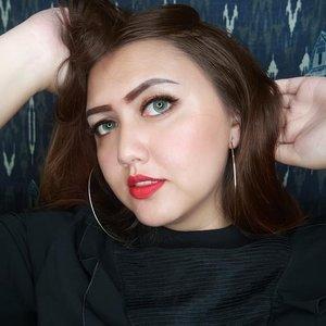 Happy tuesday!  Red lipstick never go wrong 😝😝💕💕 . . . . . . . . #clozetteid #khansamanda #bloggermafia #beautynesiamember #makeup #redlipstick #redlips