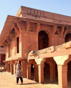Fatehpur Sikri.. Tempat yang agak jauh dari Agra, cuma worth to visit ketika kalian ke India.. Bangunan peninggalan sejarah ini  estetik banget. Tiket masuknya INR 610  Dan yang jelas, banyak spot foto yang suka foto foto hihi . . . . . . . . #khansamanda #agra #india #visitindia #wonderful #beautifuldestinations  #khansamandatraveldiary #travel  #travelphotography #travelblogger #indonesiatravelblogger #travelgram #womantraveler #travelguide #travelinfluencer #travelling  #wonderful_places #indtravel #indotravellers #exploreindia #bestplacetogo #seetheworld #solotravel #tajmahal #clozetteid