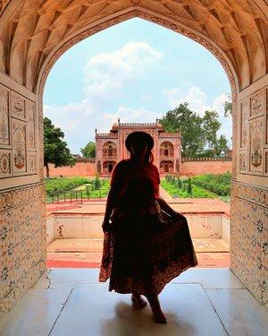 Di India.. Paling caem kalo pake rok rok megar gitu.. Karena kan itu banyakan palace jadi cantik banget kalo ootd pakai rok xixixi.. Anyway, kebanyakan tiket masuk wisata di India gratis kok.. Tp beberapa yaa bayar juga.. ❤  Minat ke India? Yuk ke india yuk . . . . . . . . #khansamanda #agra #india #visitindia #wonderful #beautifuldestinations  #khansamandatraveldiary #travel  #travelphotography #travelblogger #indonesiatravelblogger #travelgram #womantraveler #travelguide #travelinfluencer #travelling  #wonderful_places #indtravel #indotravellers #exploreindia #bestplacetogo #seetheworld #solotravel #tajmahal #clozetteid