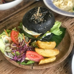 First time eating black burger. No difference than any usual burger 😜 . . #nookbali #clozetteid #lifestyle