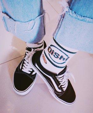 """おいしい 🍣 Pengen ngepostnya tengah malem gini gimana dong hahaha 😬😬 Dulu aku insecure banget sama ankle gede (kadang masih sih), padahal super suka sama kaos kaki lucu2. Lama2 bodo amat ajalah :"""")) . . . #clozetteid #socks #fashionblogger #sotd #socks #cutesocks #styleblogger #styleinspo #grungefashion #vansoldskool #vansplatform #ootdbloggers #nomo #패션 #스트릿패션 #ファッション #コーデ #今日の服"""