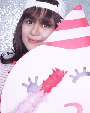 👈🏻SWIPE LEFT◀️◀️ Buat liat video unboxing ANNIVERSARY PINATA @sociolla turns 4 🥳🎉 yaayy... Happy Birthday Sociolla, wish you all the beat! I'm proud to be a Sociolla Blogger Network...Pengen main Pinata party juga? Beli produk apapun di Sociolla selama bulan Maret ini, dan dapatkan 1 MIO setiap hari nya 💰💰💰 Cara mainnya gampang banget cuma di tap tap di layar HP kamu #sociollaturns4 #cumadisociolla ...#clozetteid #pinata #pinataparty #happy #happybirthday #birthday #birthdayparty #pink #sociolla #sociollabloggernetwork #socoid