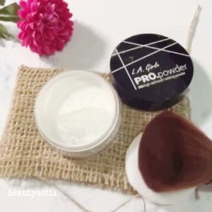 "Dibandingkan pakai loose powder yang warna nya natural, aku lebih memilih bedak tabur yang warnanya transparant or putih kayak LA Girl Setting Powder ini. ""Wah, bakalan keputihan donk?"" Justru ngga, warna nya malah nyatu ke warna kulit dan hasil nya natural. . . Cuuss kepoin review nya di 👉🏻 https://www.beautyasti1.com/2018/07/la-girl-pro-powder-hd-setting-powder-review.html atau klik link yang ada di bio aku 🌍 . . . #lagirl #la #girl #powder  #settingpowder #hdpowder #clozetteid #beauty #beautyblogger #beautybloggerid #indobeautyblogger #indonesianbeautyblogger #indonesianfemalebloggers #makeupjunkie #jakartabeautyblogger #beautybloggerjakarta #beautybloggerindonesia #beautyinfluencer #beautyenthusiast #bloggerperempuan #bloggerindonesia #indonesianblogger"