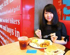 Ayeeeyy! Makan kenyang, timbangan tak tenang di @lotteriaindonesia 😂 . Pada pilihan paket combo, Uniquesss bisa milih antara burger atau nasi.. Isi dari paket combonya lengkap banget, bikin kenyang seharian.. . Psst, paket combo porsi berdua ini cuma Rp 93.000 (include taxes), tinggal bayar dengan poin dari @lpoint_id aja..😆 . Setiap transaksi di Lotteria dengan L.Point, Uniquesss bisa dapat diskon 10% dan cashback poin 0.5%.. Asyik, ya!😁💕 . . . . . #lotteria #culinary #foodstagram #foodpics #clozetteID #vscocam #foodporn #jktfoodies #jktfood #makanjkt #nomnom #foodgasm #foodoftheday #nibbleapps