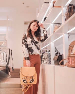 Happiness = New Bag .. Get the new bag holiday collection from @guess to make you happy .. Available at all Guess Store.. . . . . . . . #loveguessid #clozetteid #style #bag #happiness #guessid #guessbag #ootd #스타일 #stylebook #lookbookindo #partnershipwithhisafu #hisafudressup