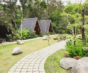Rows of small bungalows for dining, located in-between the small brooks and the lotus pond 💐🌿🌷 . . . . #greenery #imahseniman #exploremore #landscape #exterior #layout #restaurantdesign #jalanjalan #wisata #bandung #lembang #wheretogo #indonesia #yktripdiary #clozetteid