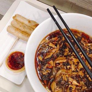 < L a . M i e n > 🍜 #yumm 😋....#lamien #noodles #chinesenoodle #ilovenoodles #whatieat #whatsforlunch #lunchgram #makanapa #mie #makanenak #chinesefood #fooddiary #makansiang #yummyformytummy #clozetteid