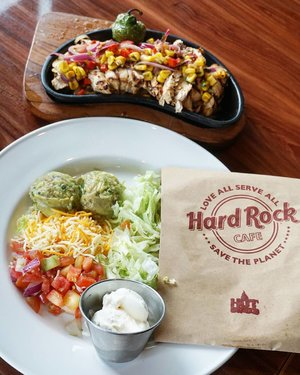 Tequila Lime Chicken Fajitas anyone? Oh yums.  #hardrockcafe #love #HardRockJakarta #clozetteID #foodyum #foodies #guacamole #yums #lime #delicious #freshingredients #fajita #fresh
