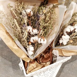 Cotton flower. We love it. #cottonflower #flower #dryflower #driedflowers #flowersoftheday #love #clozetteID #photography #picture #photooftheday #potd