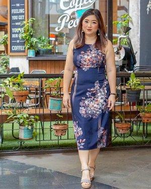 Selamat Senin, selamat beraktivitas dan kerja kembali 🤓_______@adriannapapell Linear Garden Sheath Midi Dress._______#beauty #carnellinstyle #love #dressoftheday #motd #lotd #ootd #photooftheday #photography #lookoftheday #outfit #outfioftheday #outfitinspo #lookbook #style #styleoftheday #ClozetteID  #flowerdress #adriannapapell