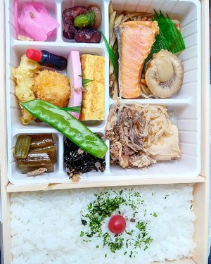 My ekiben.  Sore-sore gini suka syndrome laper yak 🤔  Pengen aja gitu makan, apalagi mikir tmyg gurih enak.  #bento #ekiben #traveling #japan #travel #salmon #scallops #traveldiary #beef #train #yums #sidedish #rice #pickle #japanesefood #clozetteID