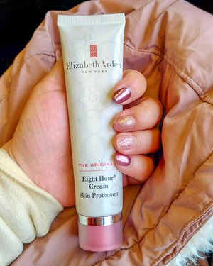 During #winterholiday the cuticles can get really dry and chapped so bad. Using @elizabetharden Eight Hour Cream helps a lot. Not just for the nails thou', lips, heels, elbows and other parts of the body too.  It's a perfect traveling companion for the skin in need.  Thank you @beauteous_you  Psst, nails by @dandelion.id  #ElizabethArden #letsgo #travelwithCarnellin #winterholiday #winterskincare #ClozetteID #love #nails #cuticle #nailgelart #beauty  Tuh @cleae pake hestek 😄😄😄