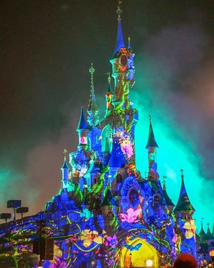 The spectacular Illumination show at @disneylandparis  Don't missed it, worth the wait (and cold during winter). Spot Mickey?  _______  #france  #traveldiary #ClozetteID #disneyland #travelwithCarnellin #disneylandparis #illuminationshow #disneylandparisilluminations #castle #letsgo #fireworks #spectacular