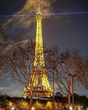 Hello gorgeous  #eiffel  #tower  #paris  #travel #france  #traveldiary #ClozetteID #eiffeltower #travelwithCarnellin