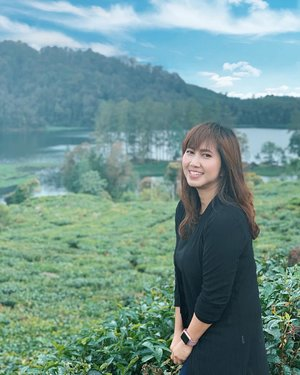 Bukan, bukan pose nahan pipis. Sumpah. 😂 Itu dingin, soalnya hujan. Tapi maksa photo demi view. 😌.....#nature #lake #teaplantation #hill #scenery #view #situpatenggang #ciwidey #bandung #travel #travelgram #instatravel #black #blogger #travelblogger #shotoniphone #vsco #ootd #clozetteid