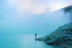 And yes, Ijen Crater is magnificent. Need I to say more? . Blog post updated. Link on my bio. 😁 . . . . . #ijen #kawahijen #ijencrater #blue #banyuwangi #bondowoso #eastjava #indonesia #travel #travelgram #instatraveler #blogger #travelblogger #instadaily #view #scenery #nature #clozetteid