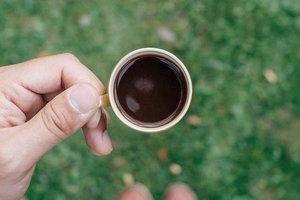Selamat pagi dari rumput basah wangi petrichor dan embun pagi suhu 16 derajat celsius. The best you can ever had in the morning. 👌 . . . . . #monday #coffee #blackcoffee #grass #green #coffeecup #morning #petrichor #smell #travel #travelgram #instatravel #blogger #travelblogger #bandung #clozetteid