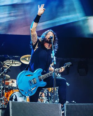 I just can't get enough of Dave Grohl. 😂😂😂 Bisa di-copy paste aja ngga nih orang. Buat gue satu. ☺️ . Blog update on #FooFightersSG concert. Link in my bio. . Credit photo of UnUsUal Entertainment Singapore who's sent me to the concert. Big thanks! ❤️ . . . . . #foofighters #davegrohl #rockband #concert #tour #singapore #travel #travelgram #instatravel #blogger #travelblogger #instadaily #instagood #instamood #instamoment #clozetteid #like4like