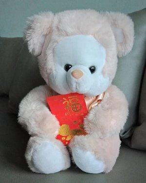 "Gong Xi Ping An! Never too late to say ""Happy Chinese New Year"" may this year brings prosperity and health to you all! .Boneka yang saya namakan Chi Chi ini dibelikan oleh kakak sepupu saya dan Chi Chi sudah berumur 25 tahun! Saya anaknya emang gitu, selalu menyimpan barang lama dibuang sayang 😊..Kalau kamu, punya barang dibuang sayang apa yang umurnya sudah tahunan?...#ClozetteID#sparkjoy #dibuangsayang#moodygrams #whileinbetween#hongbao #fromwhereistand#OPPOnesia#oppoa83#creatememories #doll"