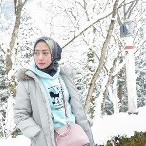 Day 7. Ainokura Village  Hari terakhir di Jepang ditutup dengan salju lagi doongg. Dan tempat ini sungguh luar biasa... berasa lagi ada di Negerinya Narnia.  Jadi dari awal udah ngidam banget pengen ke Shirakawa go yang merupakan salah satu World Heritage Site yang wajib banget dikunjungi klo winter vacation ke Jepang. Karenaaa klo gak pas winter, suasananya enggak seoke saat winter.  Lagi-lagi karena bangun kesiangan, kami enggak disarankan sama mba-mba di tourist information center untuk nekat ke shirakawa go karena kami hanya punya waktu 30 min disana sebelum bus terakhir dari Shirakawa go (jam 16.00) datang. Kecualiii kami menginap disana. Fyi, jarak antara Takoka St ke Shirakawa go sekitar 2 jam. Dan jarak antara Osaka ke Takaoka St sekitar 4 jam-an kurang.  Jadi kami disarankan ke Ainokura Village yang hanya berjarak 1 jam dari Takaoka St. Ainokura juga merupakan salah satu World Heritage Site.  #thehermawansjourney_japan #ainokuravillage #worldheritagesite #travellingtojapan #hijabtravellers #travellingwithstyle #clozetteid #styleofbundawian