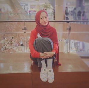 🧕🏻 Awal berhijab, aku selalu pakai hijab pashmina kemanapun dan say no to hijab square. Padahal untuk pemula, hijab square itu paling mudah ya di pakainya.Tapi entah kenapa, enggak suka aja gitu pakai hijab square. Perasaan muka kok jadi tua banget ya 👵🏻Tapi semenjak hijab square berbahan voal happening, aku penasaran dong ya. Dan sekarang malah lebih sering pakai hijab square.Jadi nih ya, klo enggak suka atau benci, jangan keterlaluan. Ntar kamu malah akan dibuatnya jatuh cinta 👻Jadi kamu lebih suka mana?👉 hijab pashmina, atau👉 hijab square..#styleofbundawian #ootdfashion #lifestylebloggerjakarta #mombloggerjakarta #hijabstyle #clozetteid #fashiongram