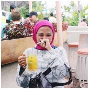 OH-SO-AH-MAZING. Have a wonderful weekend y'all // captured by my lovely @dyandragnidar 🌺🌴 . . . #clozetteid #weekendvibes #abmlifeisbeautiful #fwisfeed #hijabi #abmlifeissweet
