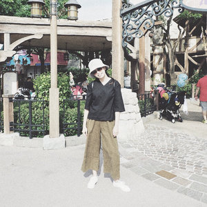 #throwbackthursday  Stroll Disneyland with comfiest pants @justlabel  #travelinstyle #clozetteID #hongkong #disneyland