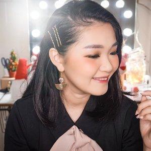 Ready for another video? Pssst kath g pakai highlight looo... All from @hm beauty stuff..Eyebrow? Wwoww kath cmn touchup tipiss.. G pake ribet berjat @lavishbrow_sby @eileen_tw Earring @nieka.id...#bloggerindonesia #lookbookindonesia #beautyguru #beautyvlogger #beautyblogger #clozetteid #bloggerstyle #fashionblogger #fashionstylea #fashionindo #indonesianbeautyblogger #indonesian_blogger #indonesiabeautyblogger #youtubeasia #youtuberindonesia #clozetteambassador #beautyindonesia #indobeautygram#stylehaul #cgstreetstyle #ggreptrend #ggrep #ootd #zalorastyleedit