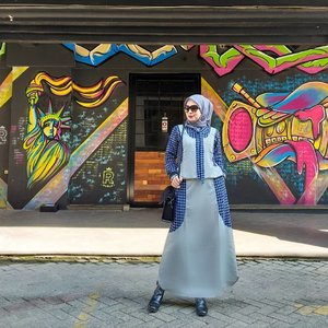 """the joy of dressing is an art"" . . .  #clozetteid #fashionhijab #bloggerstyle #hijabstyle"