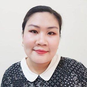 """Kalau ada yang nanya, aku senang style makeup kayak gimana? Aku pasti jawab Korean Glow, apalagi yang """"no makeup"""" makeup 😍. Sebenarnya kalau kalian perhatikan, Korean make up style tu basenya harus mulus. Makanya mereka banyak banget step skincarenya, kalau lengkap bisa sampe 15-21 step sekaligus.Jadi kalau basenya udah bagus #cantikitugampang karena ibarat lukisan, kanvasnya udah bagus jadi tinggal digambar aja 🤣 yang sulit itu pakai skincare secara rutin.Kalau aku sih biasanya selalu pakai skincare dulu sebelum pakai makeup, jadi makeup juga lebih nempel. Dan jangan lupa urutan penggunaan skincare harus tepat, juga urutan bermakeup. Kalau salah step nanti hasilnya ga bagus.Ceritain donk kalian suka makeup seperti apa, bold? Korean style? Japanese style? Atau apa?#TokopediaValentineSurprise #CantikItuGampang #PopBelaxTokopedia #clozetteID"""