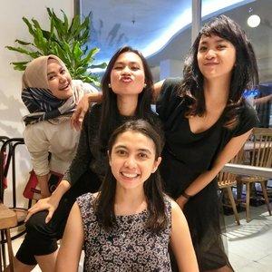 sepertiga jiwaku hilang.... Nunggu waktu ketemu mereka ber-3 di Jakarta ... Pada suatu hari nanti.. entah kapan .. 😅😅 . . . . . Yuk kabur bentar ke menado .. eh , bukan bukan ... makassar aja .. 🤣🤣 #Clozetteid #lifestyle #friendship #model90an #chillout