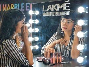 Hi, girls 🙋 Kamu tim keluar rumah alis on point atau tim alis polos? . . . pastinya dua-duanya sama ya galaunya .. bikin alis susah, menyita waktu, jadi akhirnya bisa telat janjian lalu terpaksa keluar rumah tanpa gambar alis .. hihihi.. . . . Nah! Sekarang buang jauh galau-mu! Karena @lakmemakeup mengeluarkan produk baru, LAKME Absolute Reinvent X @anggierassly : Precision Marble Eyebrow Kit! Ada 2 shade yaitu Brown dan Grey! Yang kata Kak Anggie bisa bikin kita bikin alis dengan presisi dan cepat, 5 menit saja!  Duh! Surga dunia! . . . Sepenasyaran itu aku tuh sama Marble Brown! Lalu disarankan untuk mix antara Marble Brown dengan Marble Grey! Voila! Hasilnya emang jadi natural! . . . Pesan penting dari kak Anggie: Munculkanlah karaktermu sendiri, jangan meniru orang lain.  Bener sih, karena bentuk muka, tulang, dan mata kita berbeda satu lain kan guys!  Thanks Kak Anggi, LAKME & @clozetteid for having me ❤️❤️#lakmexanggierassly #byebyebadbrows #marbleousbrows #stylingtrendsetters 📸 @ellenstephaniee @japobs  #SONYforher #SONYalpha6500 #ClozetteID #Beauty #ClozetteAmbassador #InstaBeauty #BeautyGram