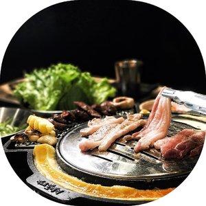 "📍@magalmkgMall Kelapa Gading 3Ini magal yg asli yaaa, franchise asli nya dari magal authentic korea jadi rasa daging n bumbu nya pasti beda dibanding sama ""magal ala2"".Disini aku bareng foodies lainnya cobain beef combo dan pork combo, my personal fav : beef skirtmeat, pork skirt meat n pork belly 👌🏻.Cold buckwheat noodles nya juga enak loh, mie pake kuah dingin gitu pertama aku kira bakal aneh tapi ternyata enakkk, serius d boleh banget dicoba 😍.Cheese tteobokki nya juga yumm, cheesy banget n bumbunya passs 🧀..#FollowTheYummy #magalmkg #magalkelapagading #magalindonesia #restokorea #restokoreaenak #jktfoodies #jktfoodbang #jktfoodhunting #clozetteid"