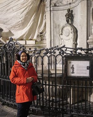 Another mandatory picture to take in Brussels, turns out this famous Manneken Pis is so tiny . . #Brussels #Belgium #whileinbelgium #mannekenpis #wintertrip #eurotrip #indonesianfemalebloggers #clozetteid