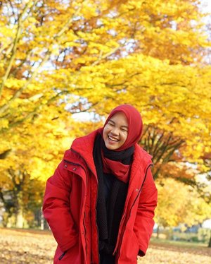 Laughter is the best medicine . . . . . #autumn #tilburg #fall #herfst #laughter #ladyinred #studidibelanda #herfstintilburg #dimples #ootd #clozetteid #IndonesianFemaleBloggers