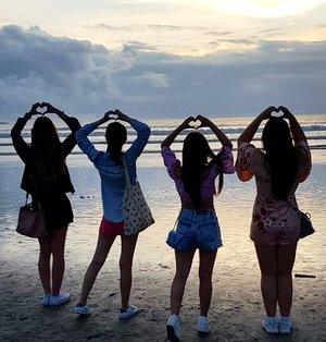 Sending you all of our misshapen hearts 🤣🤣🤣. @amandatorquise 's the best formed one 😂. #pinkinbali #bali #clozetteid #sbybeautyblogger #beautynesiamember #bloggerceria #influencer #beautyinfluencer #jalanjalan #wanderlust #blogger #bbloggerid #beautyblogger #indonesianblogger #surabayablogger #travelblogger  #indonesianbeautyblogger #travelinfluencer #girls #surabayainfluencer #travel #trip #pinkjalanjalan  #bloggerperempuan #ladies #beach #silhouette #kutabeach #kutabali